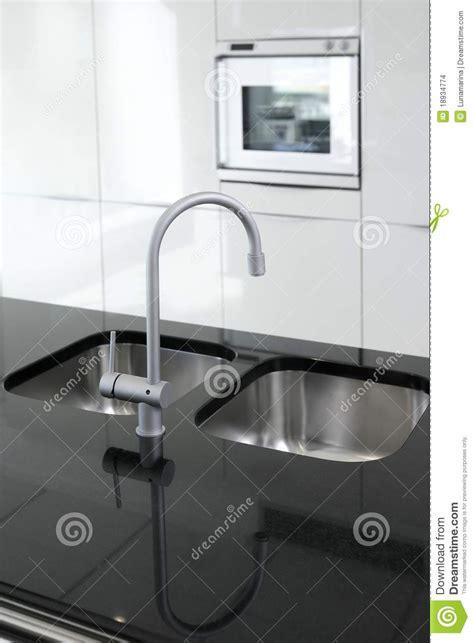 cuisine moderne noir et blanc noir et blanc moderne de robinet et de four de cuisine