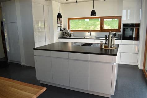 küche mit schwarzer arbeitsplatte k 252 che schwarzer granit wei 223 e fronten