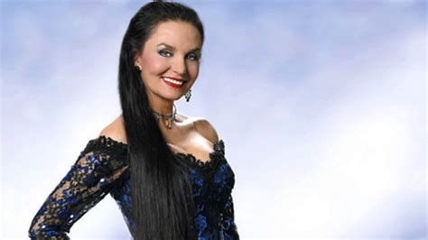 Crystal Gayle to be inducted into Grand Ole Opry - WBBJ TV