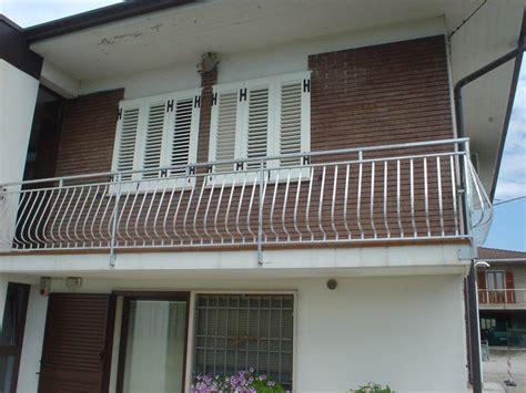 a ringhiera ringhiere e balconi in ferro battuto