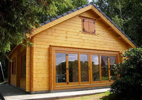 holzhaus selber bauen inhortas holzhaus mit ger 228 umigen schlafboden und glasfaltt 252 r ein gartenhaus in solider