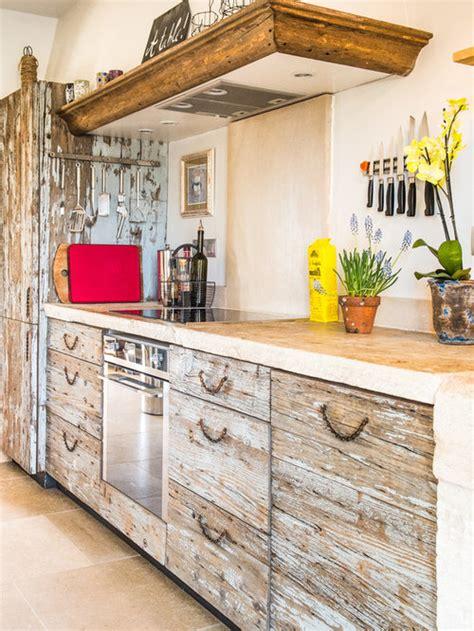 cuisine avec des portes de placard en bois vieilli
