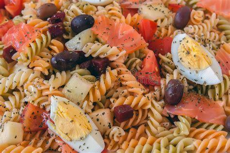 Sallatë me makarona, vezë dhe salmon - Receta + Fotografi ...