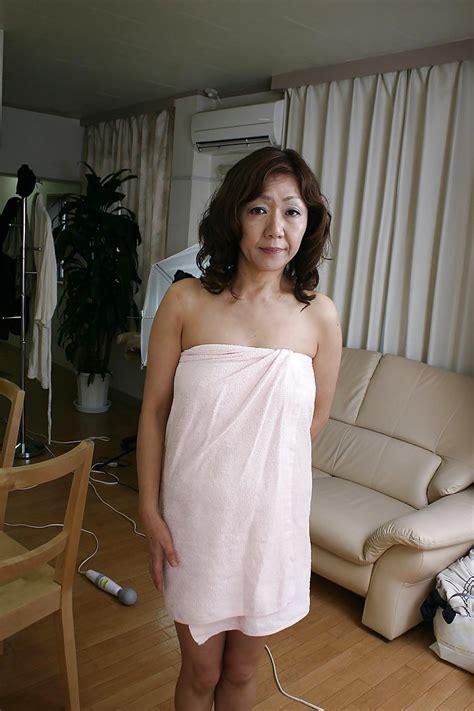 Sex-hungry asian MILF Eriko Nishimura showcasing her unshaven twat - PornPics.com