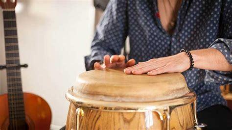 Oleh karena itulah, alat musik yang dipakai biasanya lain daripada yang lain atau menggunakan alat musik dari peralatan seadanya. Ulasan Lengkap Pengertian, Manfaat, dan Contoh Musik Kontemporer! - Musicanuova