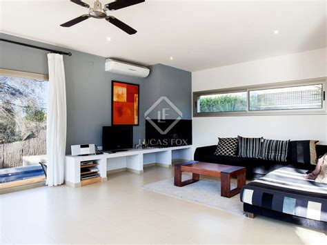 Modern House With Pool And Garden In Excellent Condition