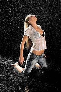 Frau Im Bild : frau im regen stockfoto bild von m dchen brunette baumwollstoff 2207964 ~ Eleganceandgraceweddings.com Haus und Dekorationen