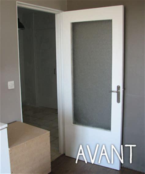 changer les portes de placard de cuisine relooker une porte dans un esprit industriel idée