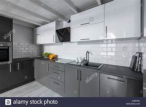 Moderne Fliesen Küche : moderne k che mit wei en stein fliesen und holzdecke ~ A.2002-acura-tl-radio.info Haus und Dekorationen