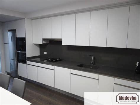 equipamiento de cocina en blanco mate  silestone gris