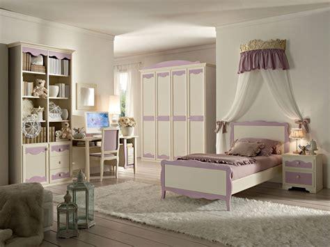 Guadagna spazio libero negli armadi grazie a un letto contenitore. Cameretta country classica letti ferro