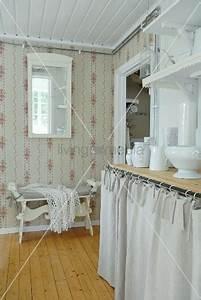 Landliche kuche mit tapezierten wanden weisses geschirr for Küche vorhang