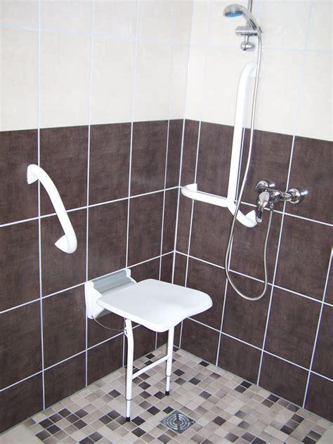 chambre handicapé salle de bain handicape normes hotel solutions pour la