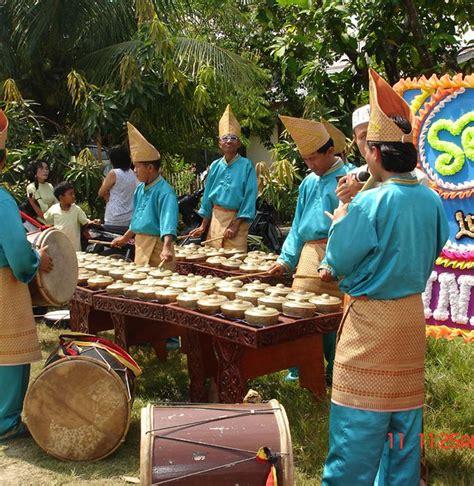 Buktinya 90% dari lagu top yang beredar di pasaran menggunakan drumset sebagai instrumen pengiringnya. Regulae: Alat Musik Talempong Yang Berasal Dari Sumatera Barat Biasanya Digunakan Untuk Mengiringi