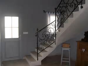 entree avec escalier owhfgcom With deco peinture salon 2 couleurs 12 peinture dun hall dentree avec vide et vue sur hall de
