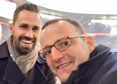 Der ist ehrlich im gegensatz zu den teilweise korrupten mdb und und falls nicht, gilt es zu bedenken: Jens Spahn und Daniel Funke haben geheiratet - Mannschaft ...