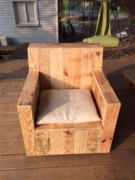 wood chair diy beefy pallet wood armchair 101 pallets Diy