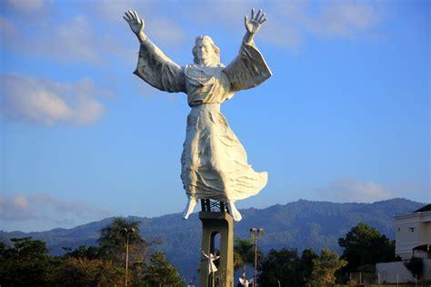 uniknya monumen yesus memberkati  manado situs budaya