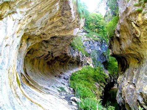 tourist attraction and accommodations in romania