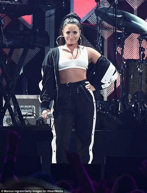 Demi Lovato Bedroom by Demi Lovato Bares Belly In Bra Top For Jingle