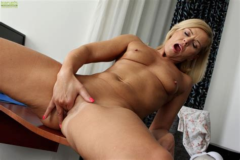 Horny Cougar Carrie Masturbates Her Older Pussy At Mature