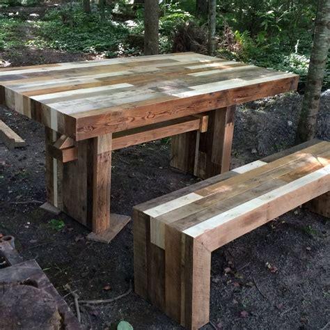 une table pour 6 personnes et un banc fait avec du bois de palette et fini 224 la cire par l