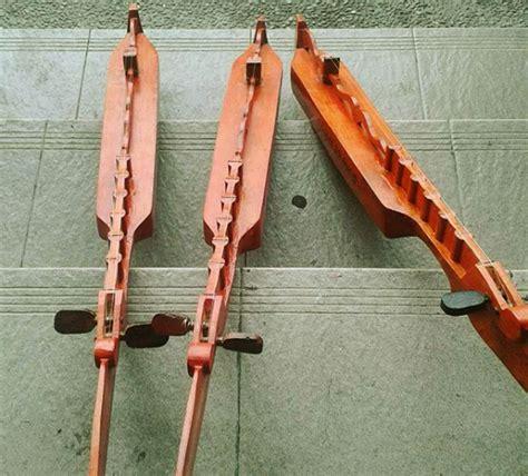 Kolintang adalah salah satu alat musik tradisional yang berasal dari daerah minahasa, sulawesi utara. 10 Alat Musik Tradisional Khas Makassar, Sulawesi Selatan Terlengkap - Contoh RPP SD dan Soal SD