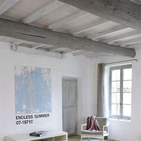 repeindre un plafond avec poutres en bois apparentes