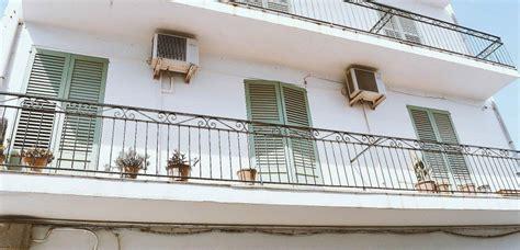 manche il danse nu sur son balcon devant des enfants