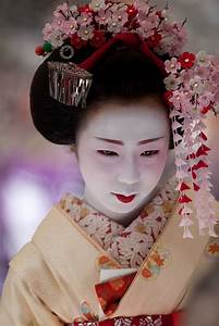 Maiko dressed with Kanzashi (Japanese hair accessory ...