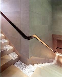 Handlauf In Wand : ein modernes design f r die treppe mit kieselsteinen und gel nder in der wand staircases ~ Markanthonyermac.com Haus und Dekorationen