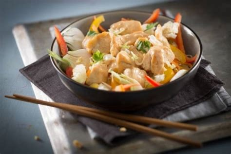 cuisine wok poulet recette de wok de poulet et légumes au satay facile et rapide