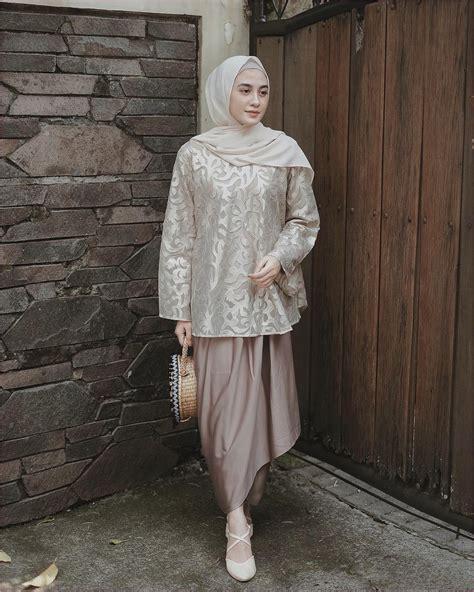 Tertarik untuk mengenakan dress brokat kekinian saat lebaran? Outfit Kondangan Hijab Celana