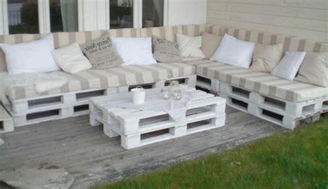 wohnzimmer steinwand sofa aus paletten eine perfekte vollendung des interieurs