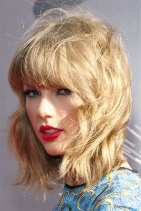 taylor swift wavy honey blonde messy straight bangs hairstyle steal  style