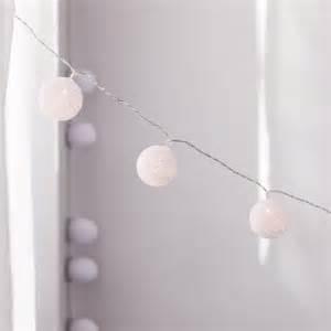 Boule Lumineuse Guirlande : guirlande de boules blanches en fil lumineuses ~ Teatrodelosmanantiales.com Idées de Décoration