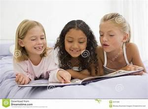 Drei In Einem Bett : drei junge m dchen die auf einem bett in ihren pyjamas liegen lizenzfreies stockfoto bild ~ Pilothousefishingboats.com Haus und Dekorationen