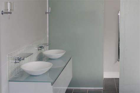 cortinas para duchas de baño mesa blanca con sillas