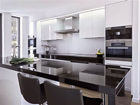 cocina  barra en negro blanco  gris cocina