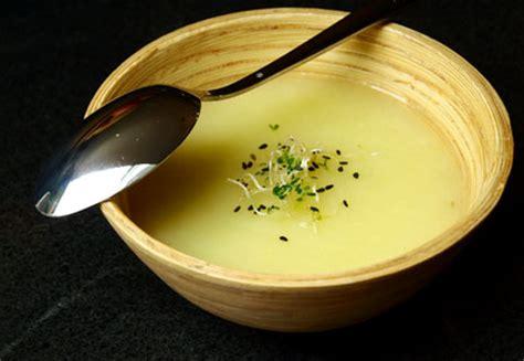 cuisiner les asperges vertes fraiches velouté d asperges blanches à l ail cookismo recettes