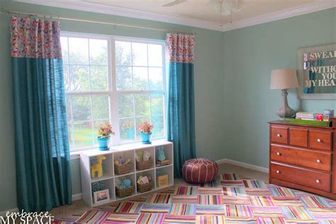 Colorful Modern Bedroom Floor With Turquoise Curtain