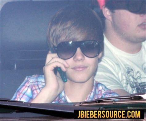 justin bieber phone justin on his phone justin bieber photo 15529501 fanpop