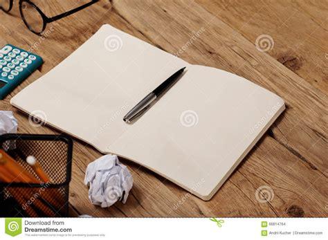 agenda sur le bureau ouvrez le carnet stylo la calculatrice verres sur le
