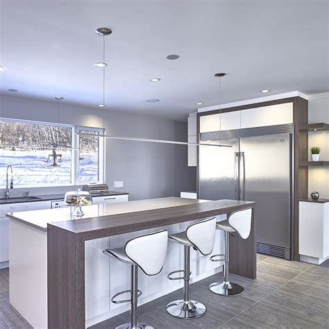 comptoir ilot cuisine grand îlot avec comptoir de quartz et armoires en