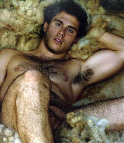 SHIRTLESS LOVERS: Naked spanish men