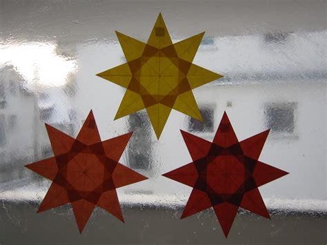 weihnachtssterne basteln grundschule rot orange gelber 8 zacken sterne aus transparentpapier basteln
