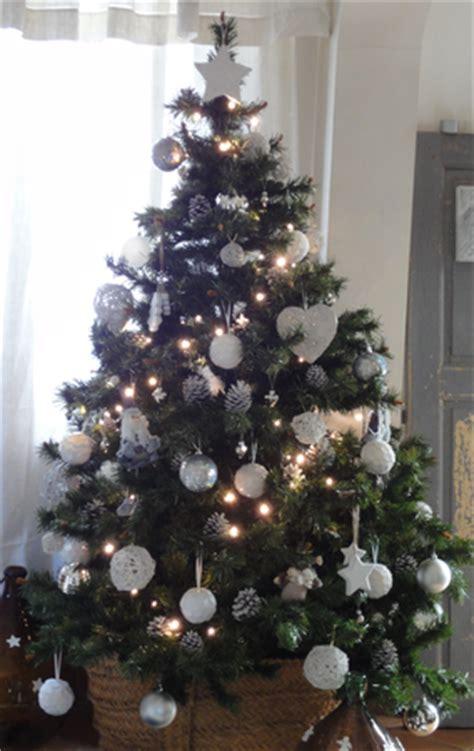 sapin de noã l dã corã decoration sapin noel blanc et bois