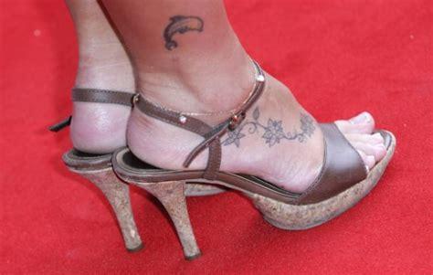 fiori di ciliegio tatuati i tatuaggi floreali da fare alla caviglia o al piede