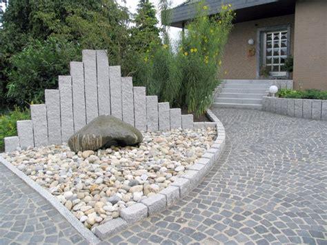Vorgarten Mit Viel Naturstein