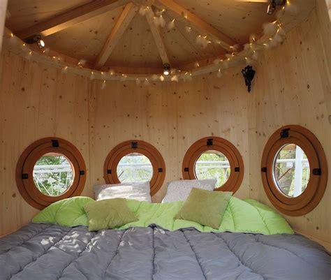 chambre d hotes dans les arbres nuit dans les arbres cabanes insolites dans un arbre en